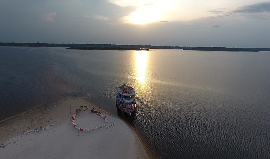 Um barco parado no meio do rio Negro - roteiro operado pela Maia Expeditions Tour operator